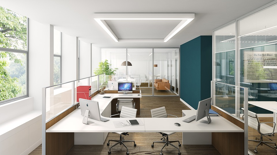 Oficina con sillas de oficina